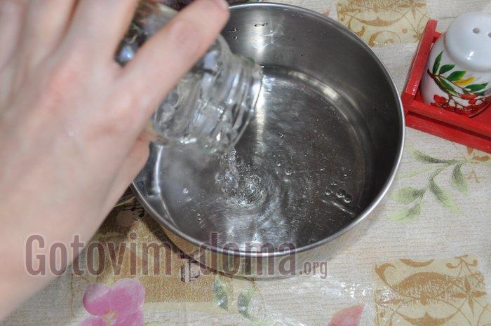 наливаем в кастрюлю воду