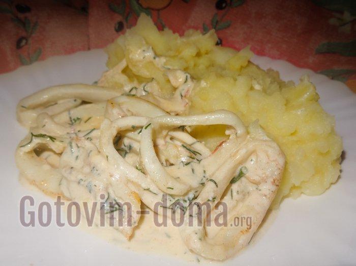 кальмары в сметанном соусе с сыром