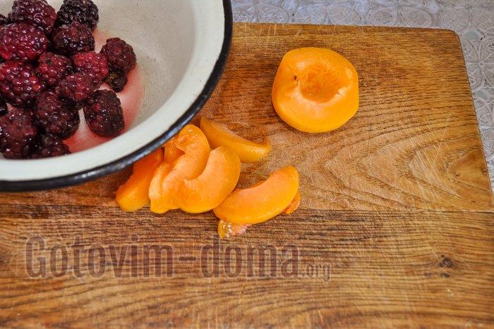 нарезаем абрикосы