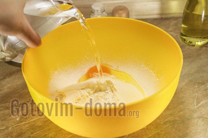 вливаем воду в муку с яйцом