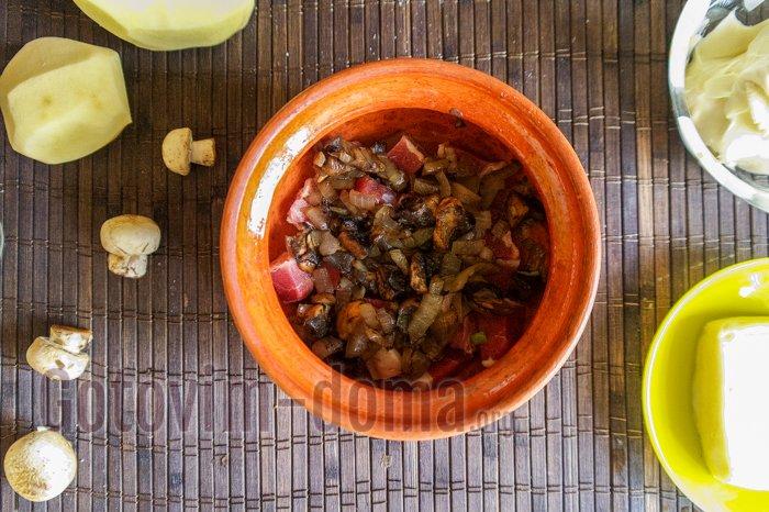 грибы с луком в горшочках