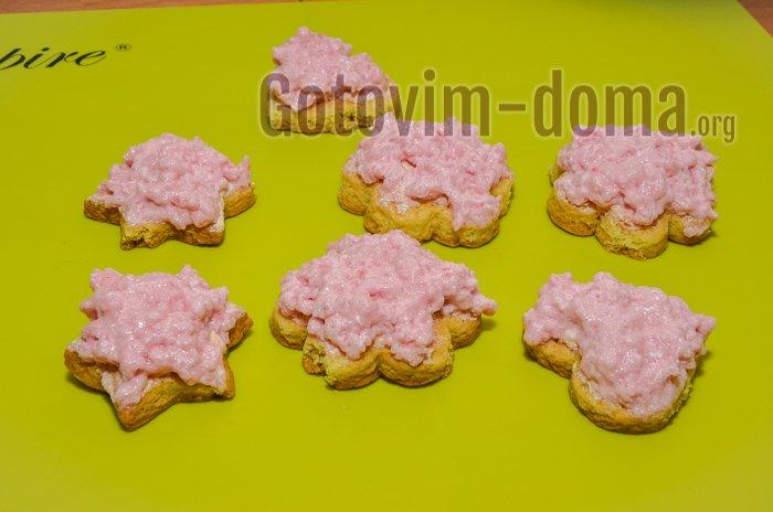 смазываем печенье