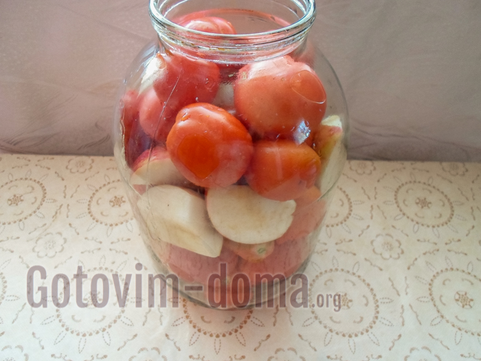 помидоры с яблоками в банке