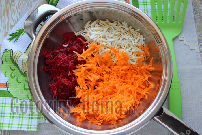 нарезаем овощи для борща