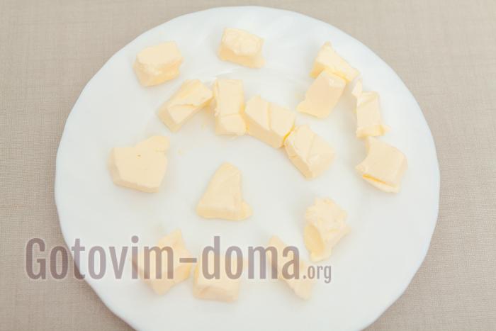 сливочное масло нарезаем маленькими кубиками