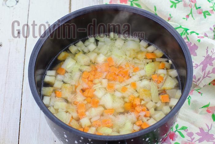 добавьте лук и морковь