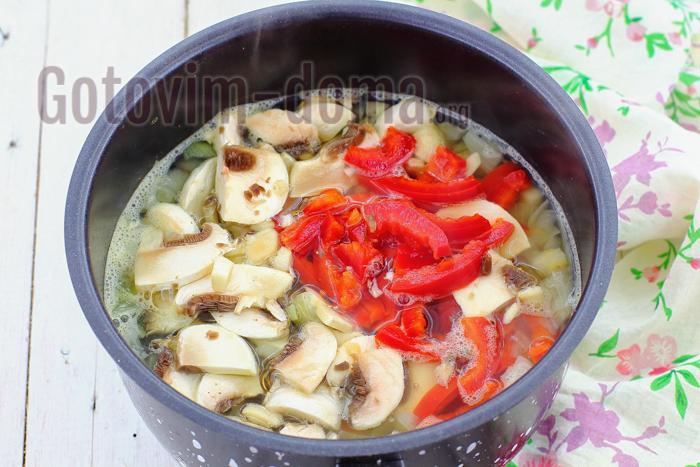 добавьте грибы и перец