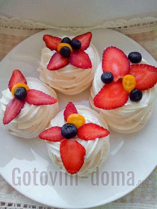выложить нарезанные ягоды