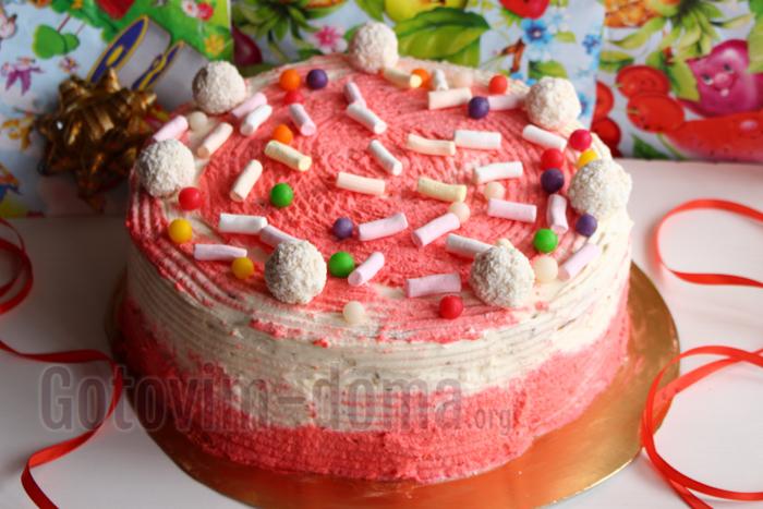 Украсить торт красным кремом, конфетами