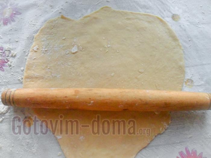 немного раскатываем тесто