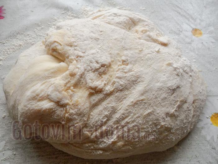 вымешиваем дрожжевое тесто