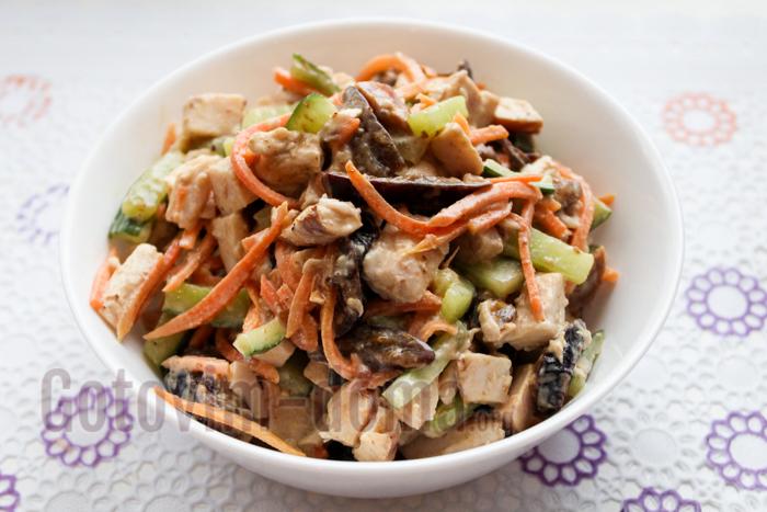 Рецепт с фото салата с черносливом и копченой курицей