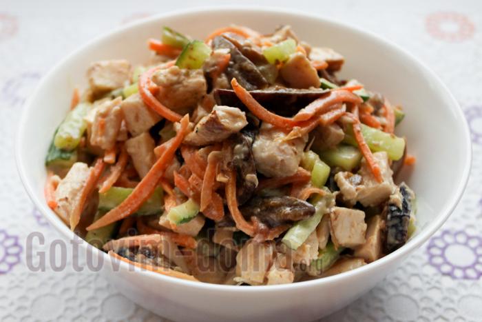 Как приготовить салат с черносливом и копченой курицей