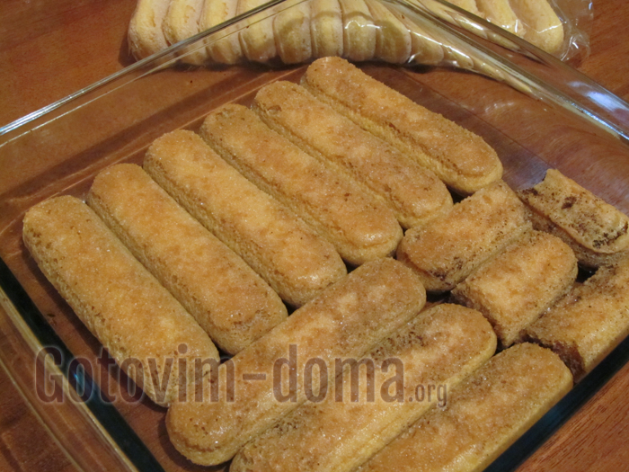 выкладываем разбухшее печенье для тирамису в форму