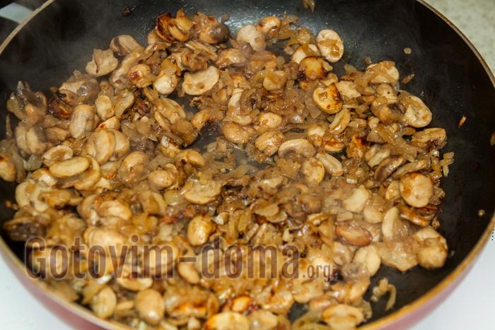 обжариваем на растительном масле грибы с частью лука