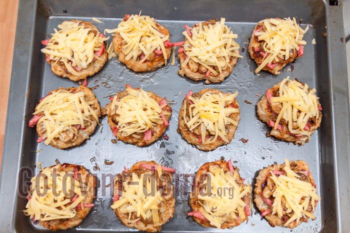 выкладываем сыр выпекаем в разогретой до 200 градусов духовке 15 минут. Противень можно прикрыть сверху фольгой, чтобы котлеты протомились и были сочными внутри