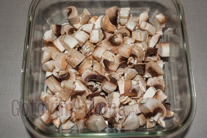 мелко нарезаем грибы и складываем в посуду для духовки, не солим