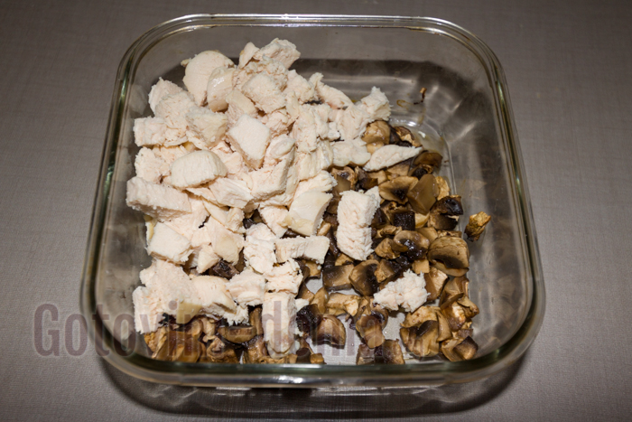 добавляем отварное или копченое куриное филе