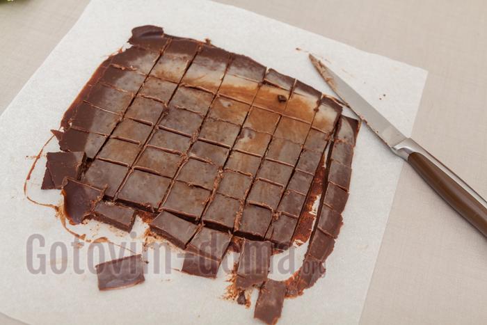 на тарелку выкладываем пергамент и наливаем начинку, убираем на 20 минут в морозильник. Затем легко нарезаем