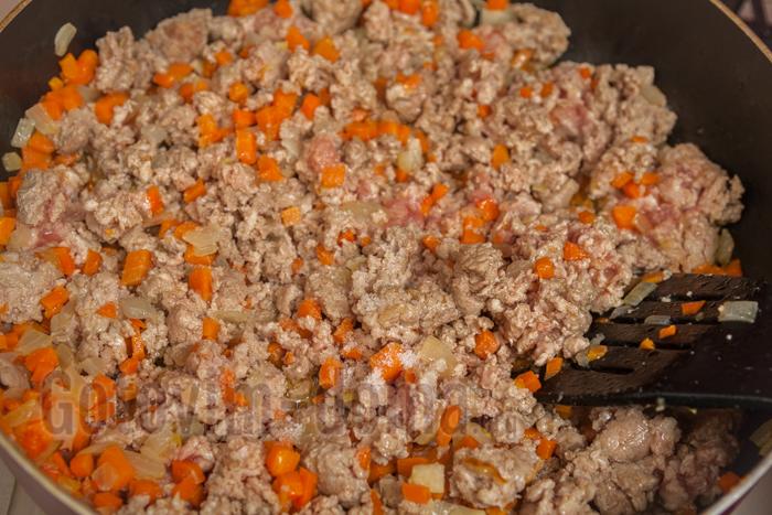 перемешиваем, разминая мясо, чтоб не было больших комочков