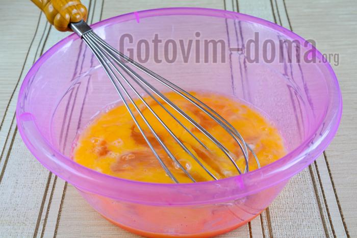 соединить яйца и сахара