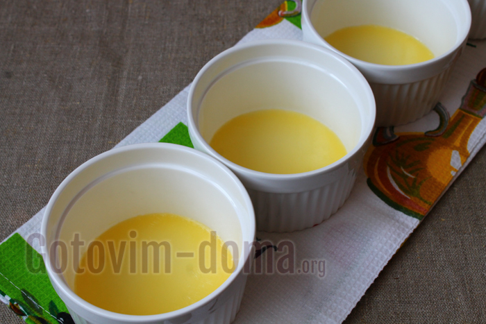 в форму влить растопленное масло