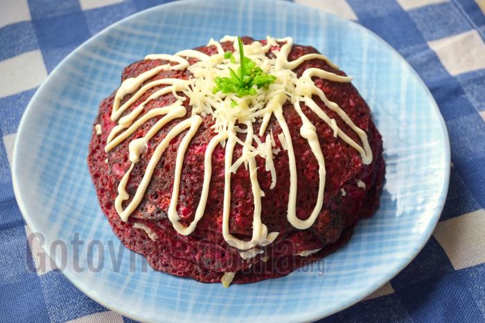 Закусочный торт из блинов со свеклой, фото