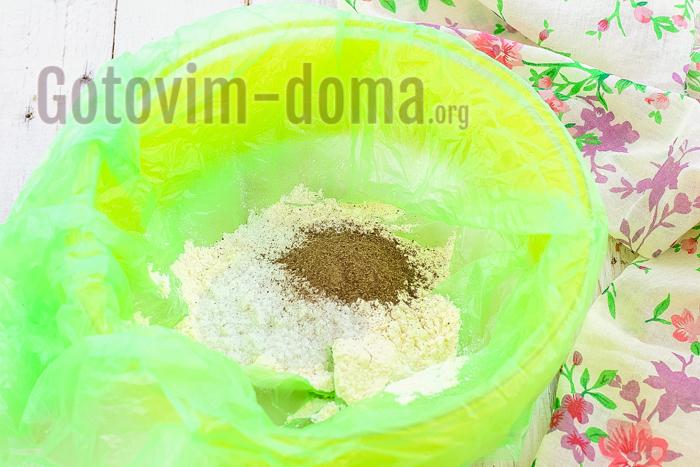 соедините пшеничную муку, соль, перец черный молотый