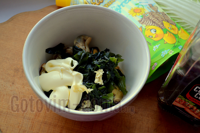 мидии и водоросли с майонезом
