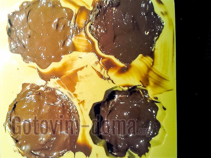 сверху добавляем глазурь шоколадную