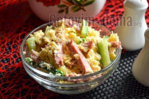 рецепт салата с колбасой, сыром и огурцом