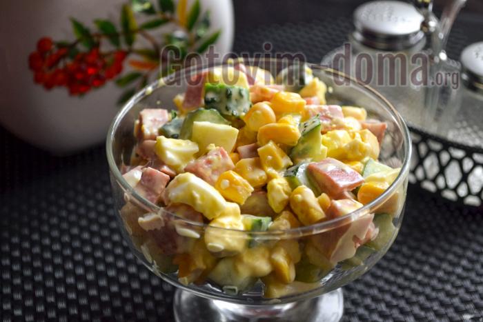 простой Салат с кукурузой, колбасой, яйцом и огурцом