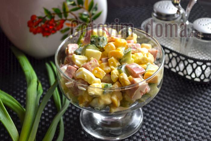 Салат с кукурузой, колбасой, яйцом и огурцом рецепт