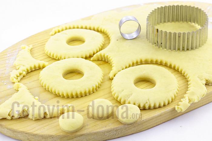 вырезаем сахарное печенье кольцами