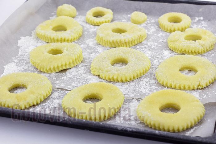 выкладываем сахарное печенье на противень