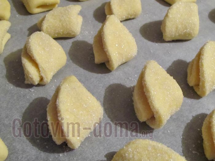 выкладываем печенье на кальку