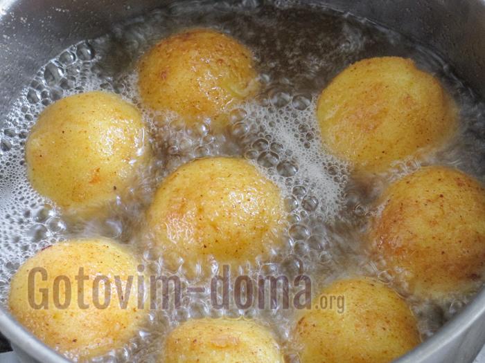 жарим картофельные шарики из пюре во фритюре