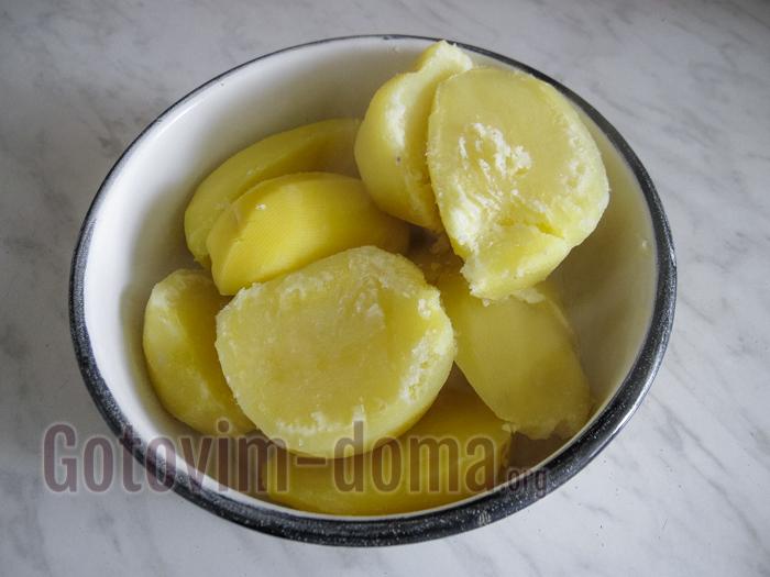 сливаем отваренный картофель