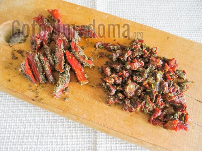 нарезаем вяленые томаты