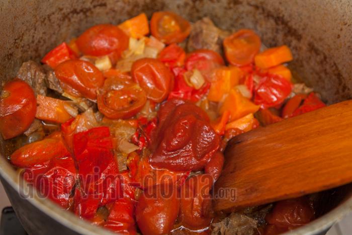 добавляем пасту томатную