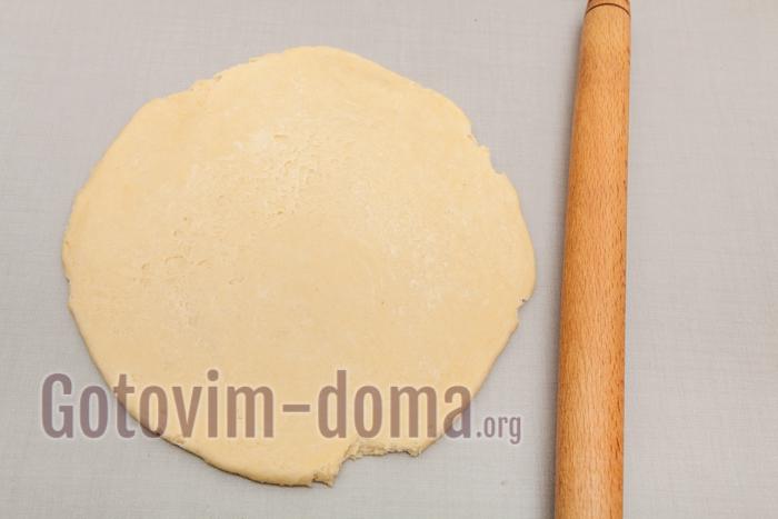 быстро раскатываем тесто в круг по диаметру формы. Должно получится с первого раза, иначе тесто начнет расслаиваться и его придется убрать снова в холодильник
