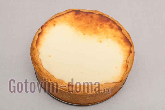 пирог достаем из духовки, сверху он должен хорошо подрумянится