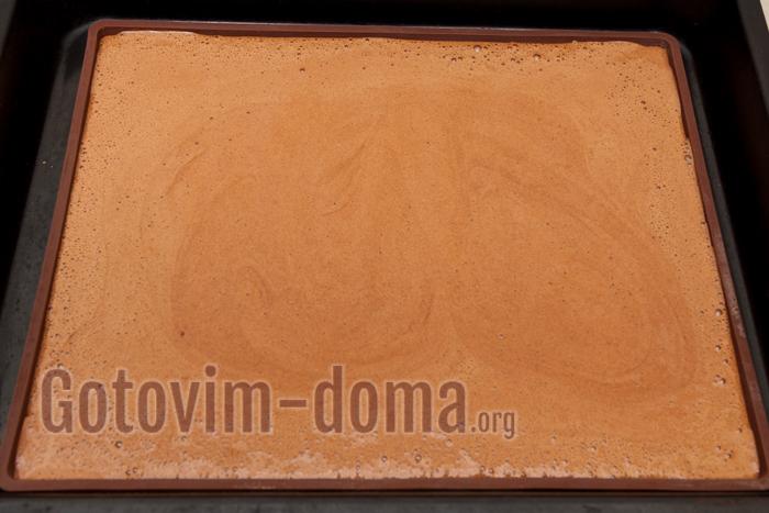 выливаем бисквитное тесто на застеленный противень или специальный коврик. Выпекаем 15-10 минут при 200 градусах