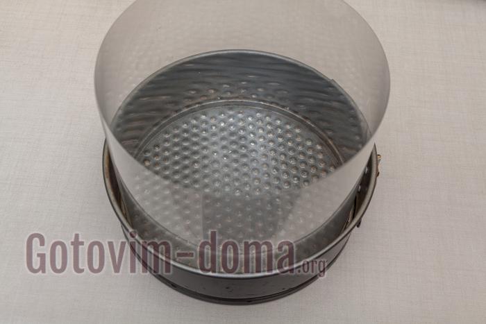 в форму ставим бортовую ленту или подбираем форму нужного диаметра (25-30 см)