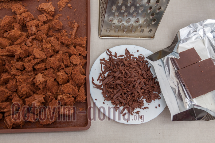 оставшийся бисквит нарезаем кубиками, трем на терке половину шоколада