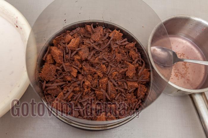 слой бисквитных кусочков и оставшийся тертый шоколад