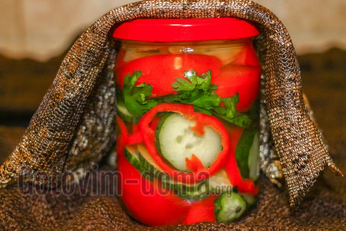 помидоры, перец и огурцы в банке на зиму