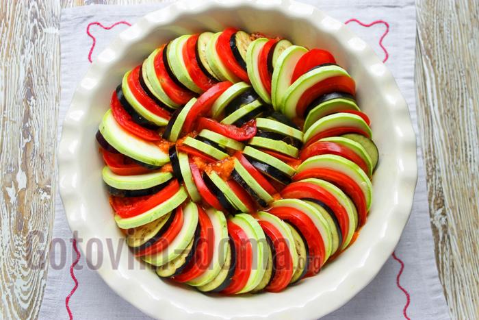 выкладываем кружочки овощей