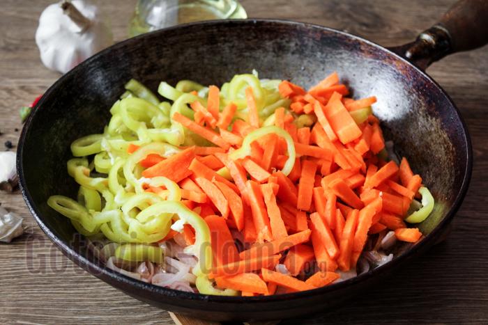 выкладываем на сковороду овощи