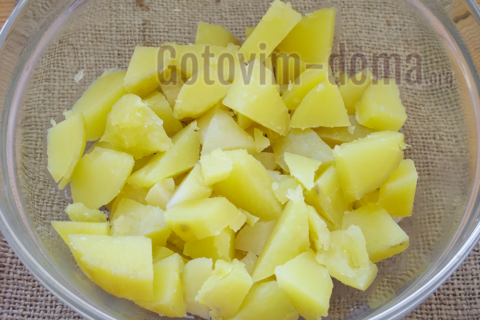 нарезанный отварной картофель для салата